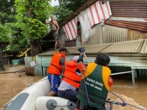 Peduli Banjir, Tim Baznas Bazis Tanggap Bencana DKI Jakarta Lakukan Evakuasi dan Berikan Bantuan Logistik