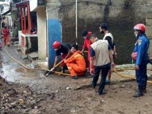 Peduli Banjir, BAZNAS (BAZIS) Provinsi DKI Jakarta Lakukan Aksi Bersih Bareng Warga